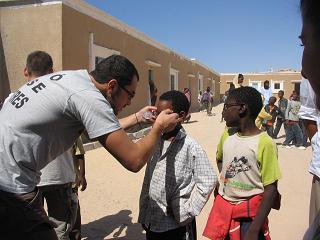 Ajuste gafas. Campaña Visio Sense Fronteres en Mauritania